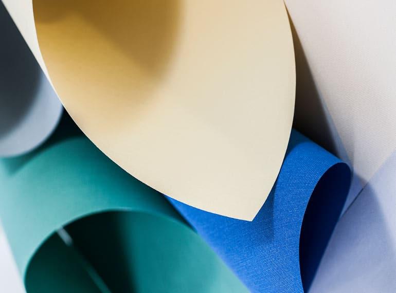 Vi på Lindhs hjälper dig med vävar med olika funktion till dina lamell-, plissé- eller rullgardiner